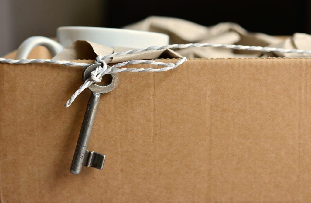 clé et carton de déménagement